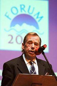 Václav Havel inicia la conferencia Foro 2000  (Foto: CTK)