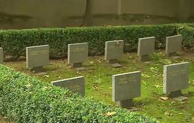 Friedhof in Prag-Ďáblice, das Massengrab lag an der Mauer (Foto: ČT24)