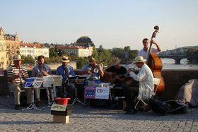Pražský synkopický orchestr sur Pont Charles, photo: Zvonicek, Wikimedia Creative Commons 3.0