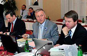 Zleva: Jiří Čunek, Mirek Topolánek aMartin Bursík na zasedání vlády vTeplicích, foto: ČTK