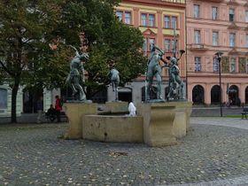 Les sculptures (La fontaine dansante d'Anna Chromy à Prague, Senovážné náměstí, photo: Šjů, CC BY 4.0