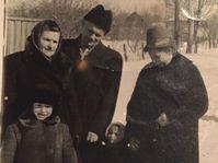 Антон Фиксель со своей женой, дочерью, внуком и внучкой (Милена Винничук), фото: Архив Милены Винничук