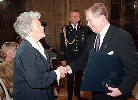 Václav Havel předává Marii Dubinové Řád T.G. Masaryka za vynikající zásluhy odemokracii alidská práva, foto: ČTK