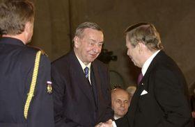 Карел Врана, награжденный президентом Вацлавом Гавелом орденом Томаша Г. Масарика (Фото: ЧТК)