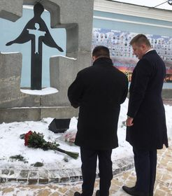 Томаш Петршичек и Павел Климкин у памятника жертвам Голодомора, Фото: Катерина Айзпурвит