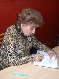 Zdenka Fantlová podepisuje knihu 'Klid je síla, řek' tatínek', foto: Milena Štráfeldová