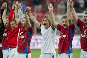 Pavel Nedvěd (en el centro) saludando a las gradas. (Foto: ČTK)