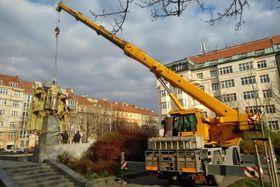 Демонтаж памятника, фото: PR/Facebook/Ondřej Kolář, starosta Prahy 6