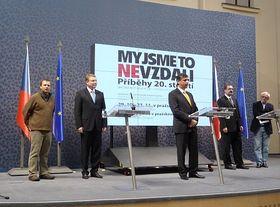 Tisková konference: premiér Jan Fischer (uprostřed) aspisovatel Jiří Stránský