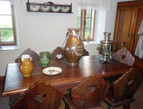 Une table, un lit, une armoire et un samovar ramené de Russie sont quelques-uns des autres objets authentiques à voir. Photo: Zdeňka Kuchyňová