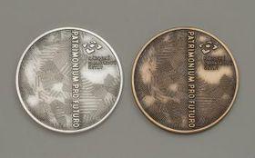 Ocenění Patrimonium pro futuro pro vítěze soutěžních kategorií (vlevo) aosobnost roku (vpravo), foto: archiv Národního památkového ústavu