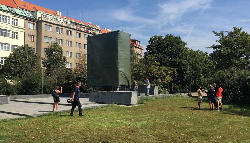 Площадь Интербригады с закрытым пленкой памятником маршалу И. Коневу, фото: Ондржей Шрамек, архив Праги-6