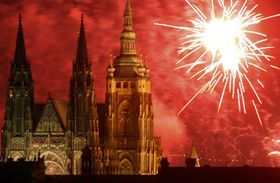 Chrám svatého Víta ozářený ohňostrojem, který byl odpálen vnoci na 1. května zpražské Letenské pláně, foto: ČTK