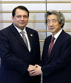 Primer ministro checo, Jiri Paroubek con su homólogo Junichiro Koizumi (Foto: CTK)