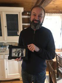 Štěpán Kafka con la foto de sus padres, foto: Juan Pablo Bertazza