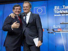 Председатель Европейского совета Дональд Туск (справа) и премьер-министр Турции Ахмет Давутоглу, Фото: ЧТК