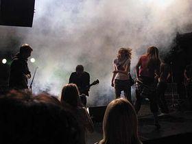 Möno con sus fans en el escenario