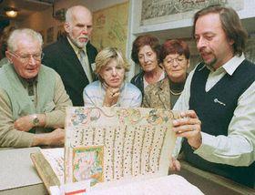 Archivář Libor Gottfried (vpravo) předvádí ilustrovaný misál českým krajanům, Týden zahraničních Čechů, foto: ČTK