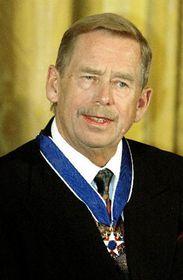Bývalý český prezident Václav Havel (vlevo) převzal od prezidenta USA George Bushe Prezidentskou medaili svobody, foto: ČTK