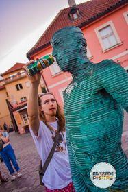 Во дворе музея Кафки, фото: Riverside Parties Prague