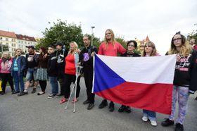 Противники собрания чешских мусульман перед собором Св. Людмилы, Фото: ЧТК