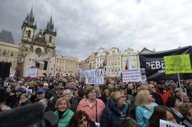 Lundi, ce sont plus de 20 000 personnes qui se sont donc retrouvées pour le troisième lundi consécutif place de la Vieille-Ville, photo: ČTK/Kateřina Šulová