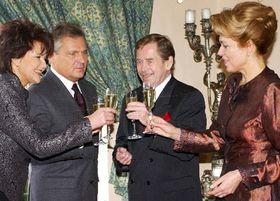 Václav Havel con su esposa y Aleksander Kwasniewski con su esposa Yolanta, Foto: CTK