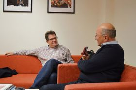 Manuel Hernández-Silva en entrevista con Freddy Valverde, foto: Marta Guzmán