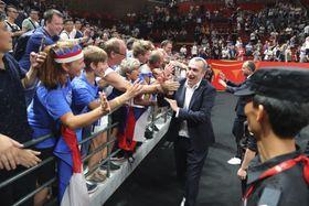Ronen Ginzburg con los hichas checos, foto: ČTK/AP/Ng Han Guan