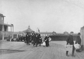 Ellis Island in New York war lange Zeit Sitz der Einreisebehörde (Foto: Brown Brothers, Department of the Treasury, Public Health Service, Public Domain)