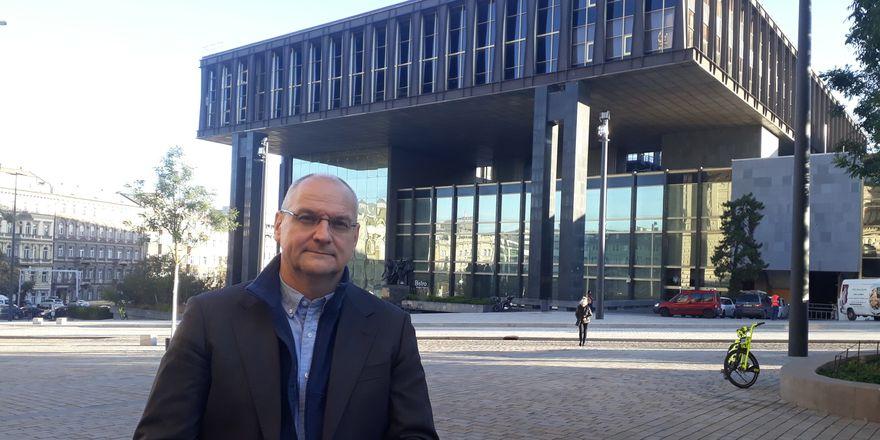 Václav Bartuška (detrás el edificio de la Asamblea Federal Checoslovaca), foto: Eva Turečková