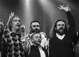 Zleva: Jarek Nohavica, Karel Kryl (v popředí) aJaroslav Hutka, foto: ČTK