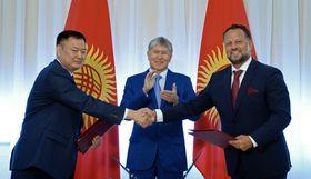 Подписание договора о строительстве кыргызских ГЭС (справа представитель чешской компании Liglass Trading), Фото: Официальный сайт президента Республики Кыргызстан