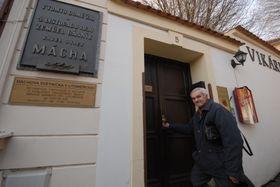 Милош Лапка перед Викаркой, в доме у господина Лоренца, где К.Г.Маха короткое время снимал комнату, а в ночь на 6 ноября 1836 года умер (Фото: Эва Туречкова, Чешское радио - Радио Прага)