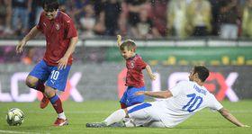 Tomáš Rosický mit seinem Sohn und Cesc Fabregas (Foto: ČTK / Ondřej Deml)