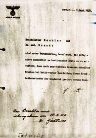 Dokument vlastnoručně napsaný Adolfem Hitlerem, který pověřuje Karla Brandta (Hitlerův osobní lékař) aPhilippa Bouhlera (šéfa Hitlerovy kanceláře) vedením akce T4