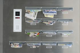 Briefkasten überquillt - schránka přetéká (Foto: elslucker, Pixabay / CC0)