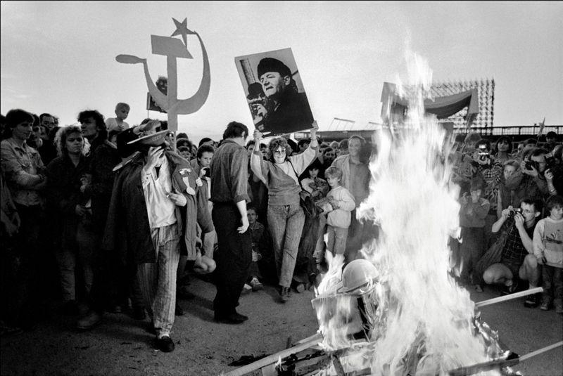 Уничтожение советских и коммунистических символов в Чехословакии, фото: Дана Кындрова