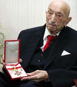 Simon Wiesenthal se zlatým Čestným odznakem od rakouského prezidenta Heinze Fischera, foto: ČTK