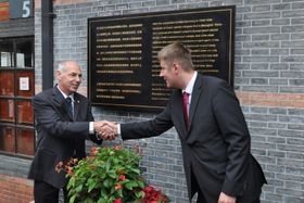 Tomáš Petříček (a la derecha), descubre la placa conmemorativa dedicada a la ayuda china a los judíos checos, foto: ČTK/Jozífek Radek