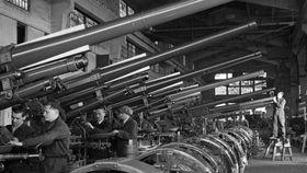 Рабочие в Пльзене на оружейном заводе рейха, источник: Из книги Работа – это честь