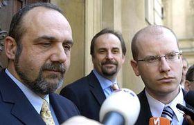 De izquierda: Michal Kraus, Jan Kohout y Bohuslav Sobotka (Foto: CTK)