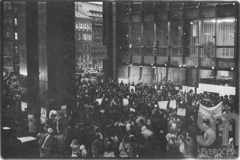 Manifestation devant le siège du Parlement tchécoslovaque, photo: Iva Borisjuková, Severočeské muzeum v Liberci / e-sbírky Národní muzeum, CC BY