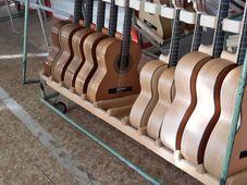 Gitarren in verschiedenen Größen (Foto: Maria Hammerich-Maier)