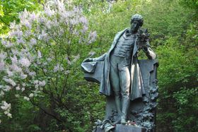 La estatua de Karel Hynek Mácha en el parque de la colina praguense, Petřín, foto: Kristýna Maková