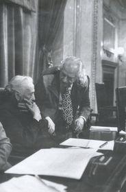 Dolores Ibárruri (Pasionaria) y el poeta Rafael Alberti en la Sesión Constitutiva del Congreso de los Diputados en julio de 1977