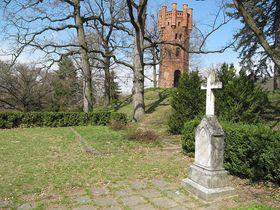 Novogotická rozhledna zámeckého parku se hřbitůvkem Silva-Tarouců, foto: Palickap, CC BY 3.0 Unported