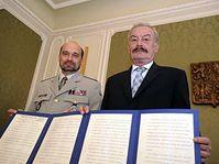 Le directeur de l'Institut militaire historique Aleše Knížek et Přemysl Sobotka avec la copie des Accords de Munich, photo: CTK