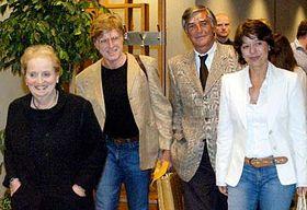 De izquierda: Madeleine Albright, Robert Redford y Jirí Bartoska  (Foto: CTK)