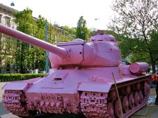 Розовый танк на площади Коменского в Брно, Фото: Martin Strachoň / Wikimedia Commons
